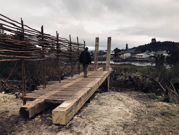 Materia, comunidad y oficios locales: estudiantes de arquitectura construyen mirador en Chiloé, Chile, Cortesía de Miguel Nazar Daccarett