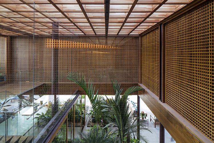 Casas brasileiras: 22 projetos com madeira em planta e corte, Residência SW / Jacobsen Arquitetura. © Leonardo Finotti
