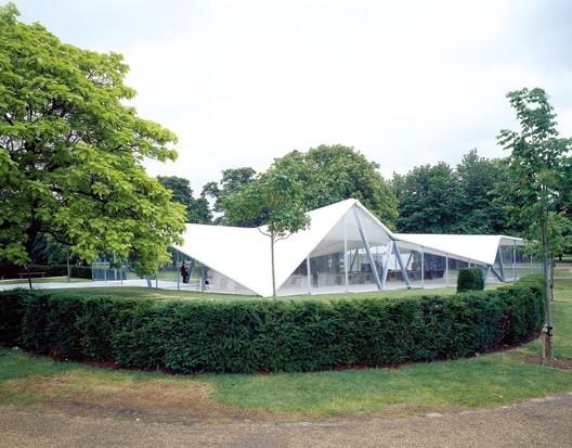 Serpentine Pavilion 2000 / Zaha Hadid. Image © Helene Binet