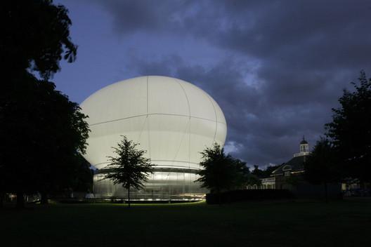 Serpentine Pavilion 2006 / Rem Koolhaas. Image © John Offenbach