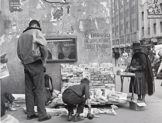 """Vendedor de periódico"" shows a newspaper and magazine stand on a sidewalk in Bogotá, 1962. Photo by Leo Matiz.. Image via Library of Congress"
