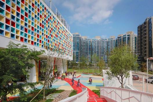"Henning Larsen's French International School is a ""Vibrant Green Oasis"" for Hong Kong"