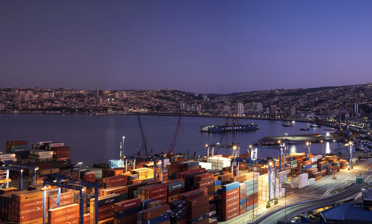 MINVU abre concurso de ideas para diseñar Paseo del Mar en el Muelle Barón de Valparaíso, © <a href='https://www.flickr.com/photos/besser_family/22671269771/'>Max Besser Jirkal [Flickr]</a>, bajo licencia <a href='https://creativecommons.org/licenses/by-nc/2.0/'>CC BY-NC 2.0>. ImagePuerto de Valparaíso, Chile