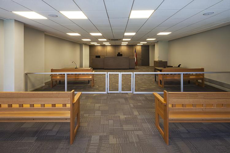 Habilitación interior de Tribunal de Familia de Santiago y Oficinas de Corporación Administrativa del Poder Judicial / Claro + Westendarp Arquitectos, © Natalia Vial
