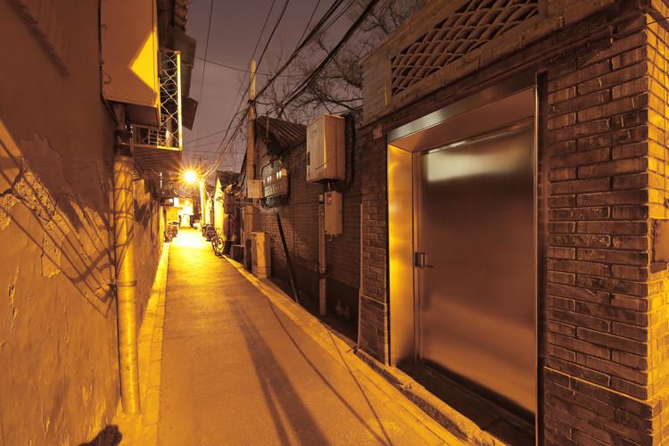(Not Area)16# Xiaochaye Hutong / Beijing Qingzhu Architecture Design, Entrance night view. Image © Jun Liu