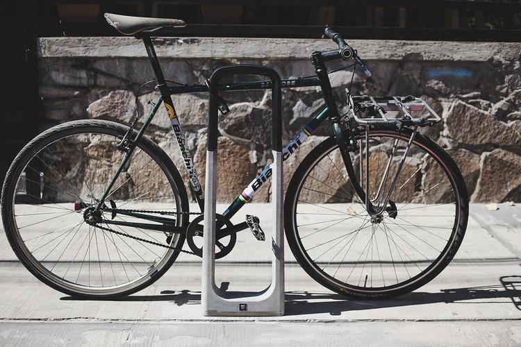 Nuevo estándar en equipamiento ciclista para las ciudades: Ciclopuerto 009, altamente funcional y resistente, Cortesía de BKT Mobiliario Urbano