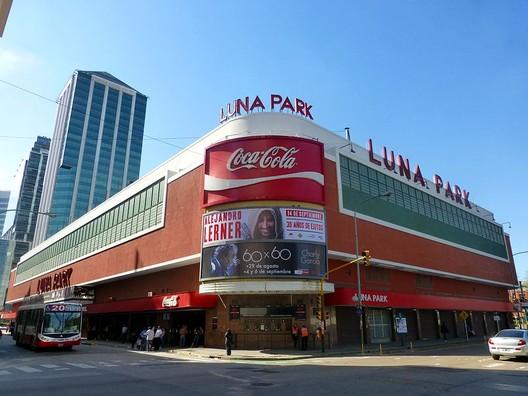 Luna Park. Image vía Leandro Kibisz [Wikipedia] Bajo licencia CC BY-NC 3.0