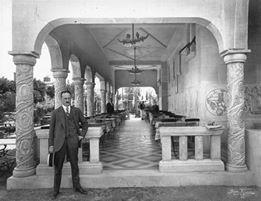 El arquitecto Andrés Kalnay junto a una de sus obras en Buenos Aires, la Cervecería Munich en la Costanera Sur de Puerto Madero, en 1929.. Image vía Desconocido [Wikipedia]Licencia bajo dominio público