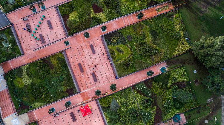 El Equipo Mazzanti recupera una grieta en el tejido urbano de Bogotá con estos jardines, © Alejandro Arango