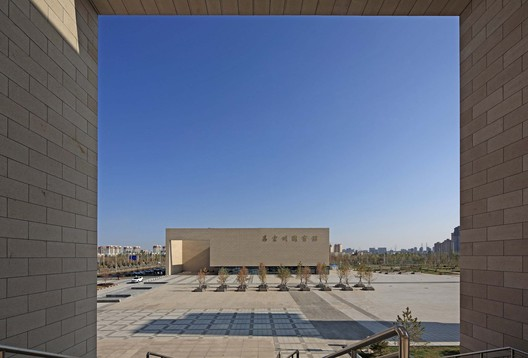 Semi-outdoor space and the plaza. Image © Guangyuan Zhang