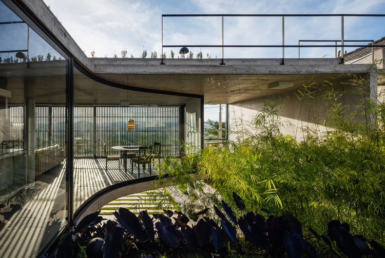 Casas brasileñas de hormigón: 20 proyectos en planta y corte, © Nelson Kon