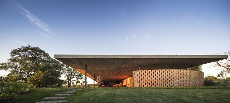 Casas brasileiras: 20 projetos com concreto em planta e corte, © Fernando Guerra | FG+SG