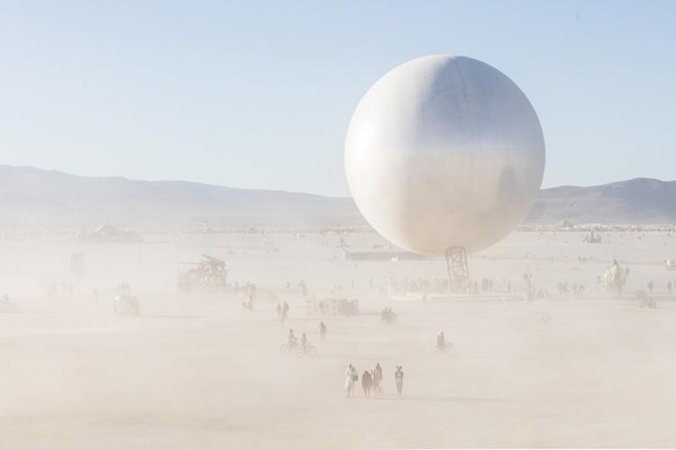 Esfera espelhada de Bjarke Ingels no Burning Man, pelas lentes de Laurian Ghinitoiu, © Laurian Ghinitoiu
