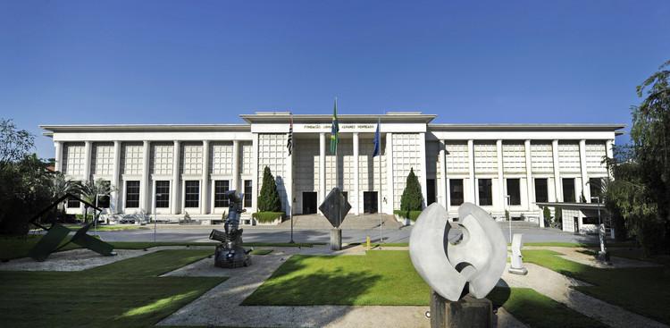 Inscrições abertas para o curso Grandes Temas da Arquitetura na FAAP, Fachada da FAAP, onde o curso será realizado