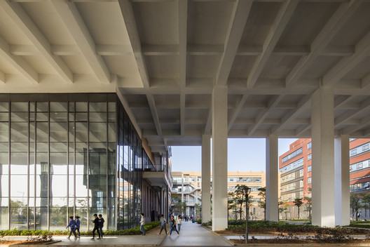 Two-story pedestrian walk-through space in the industrial park. Image © Jian Fang