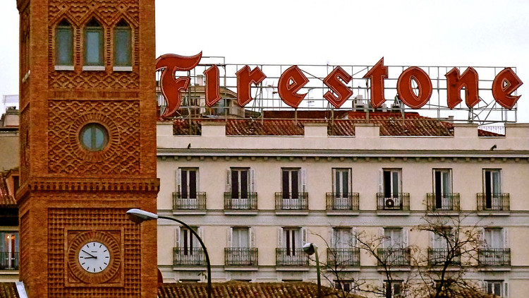 El frontón Beti-Jai, un sacrificio arquitectónico en Madrid, Escuela Aguirre y Letrero Firestone [Madrid]. Image © Arjan Richter [Flickr bajo licencia CC BY-NC 2.0]