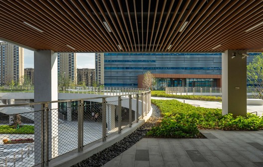 The entrance of the teaching building on the vitality hill. Image © Yu Zhang