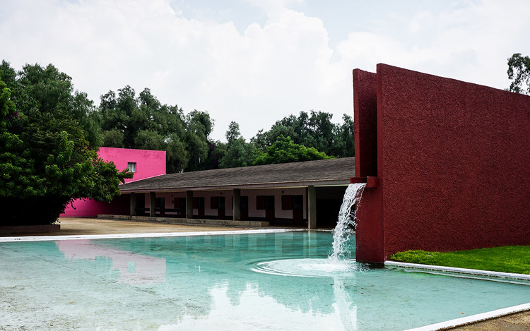 30 Years After Luis Barragán: 30 Architects Share Their Favorite Works, Los Clubes - Cuadra San Cristóbal y Fuente de los Amantes / Luis Barragán. Image © Rodrigo Flores