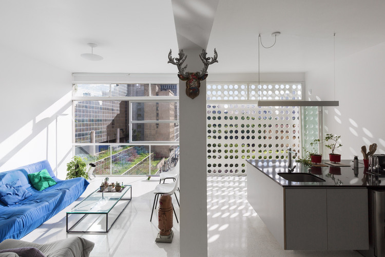 Four Stunning Renovated Apartments in Oscar Niemeyer-Designed Buildings, Apartamento P.R. / pianca+urano. Image © Manuel Sá