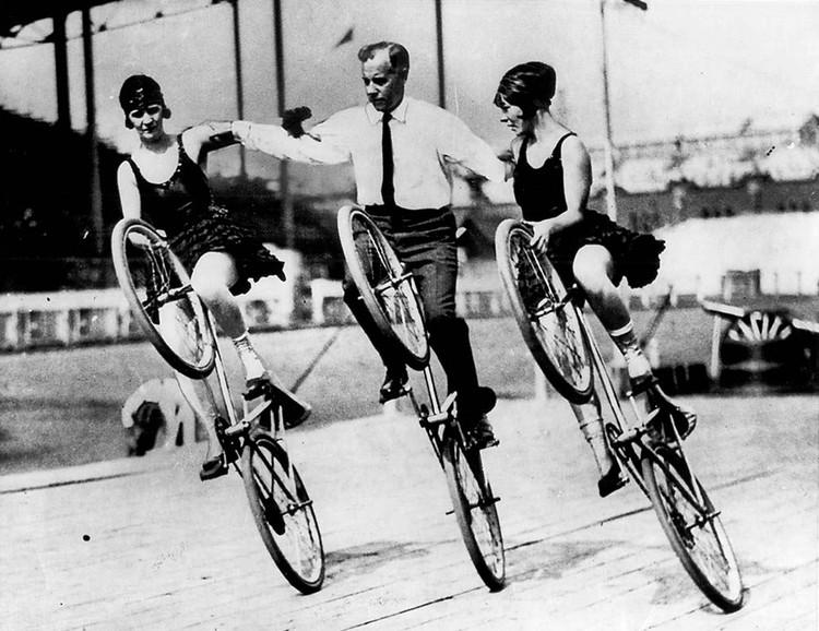 Sáenz de Oiza: una vuelta en bicicleta , Espectáculo de bicicletas [1920]. Image © Toronto History [Flickr bajo licencia CC BY-NC 2.0]