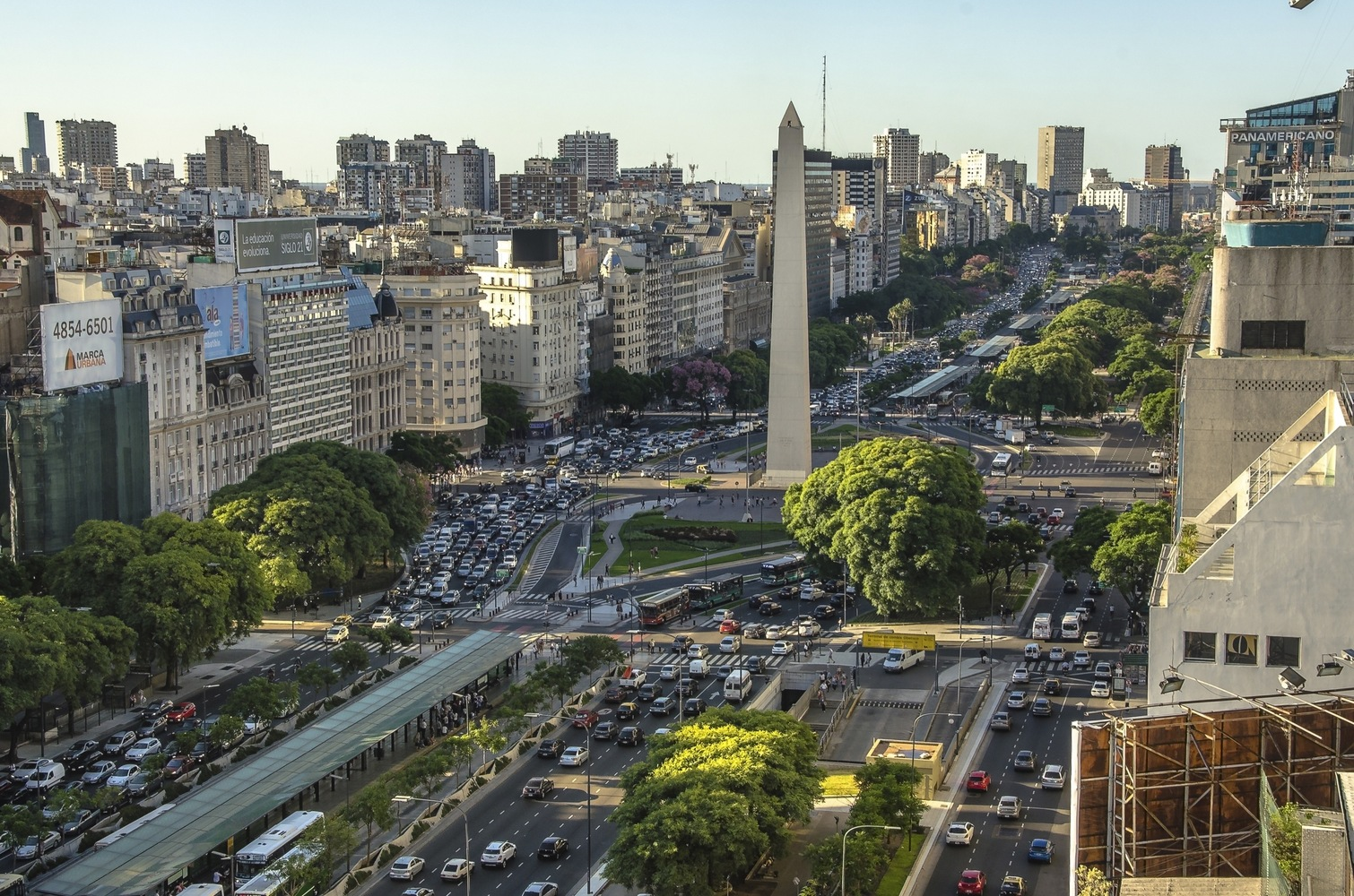 Буэнос Айрес  при всей своей монументальности выглядит вполне приветливым местом