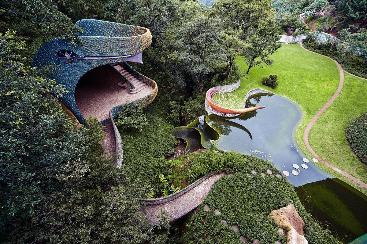 El Nido de Quetzalcóatl se encuentra complementado por extensos jardines.