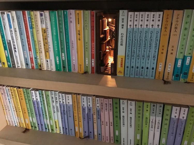 Becos de Tóquio viram inspiração para suportes de livros, © <a href='https://twitter.com/monde55212068'>Twitter de monde</a>