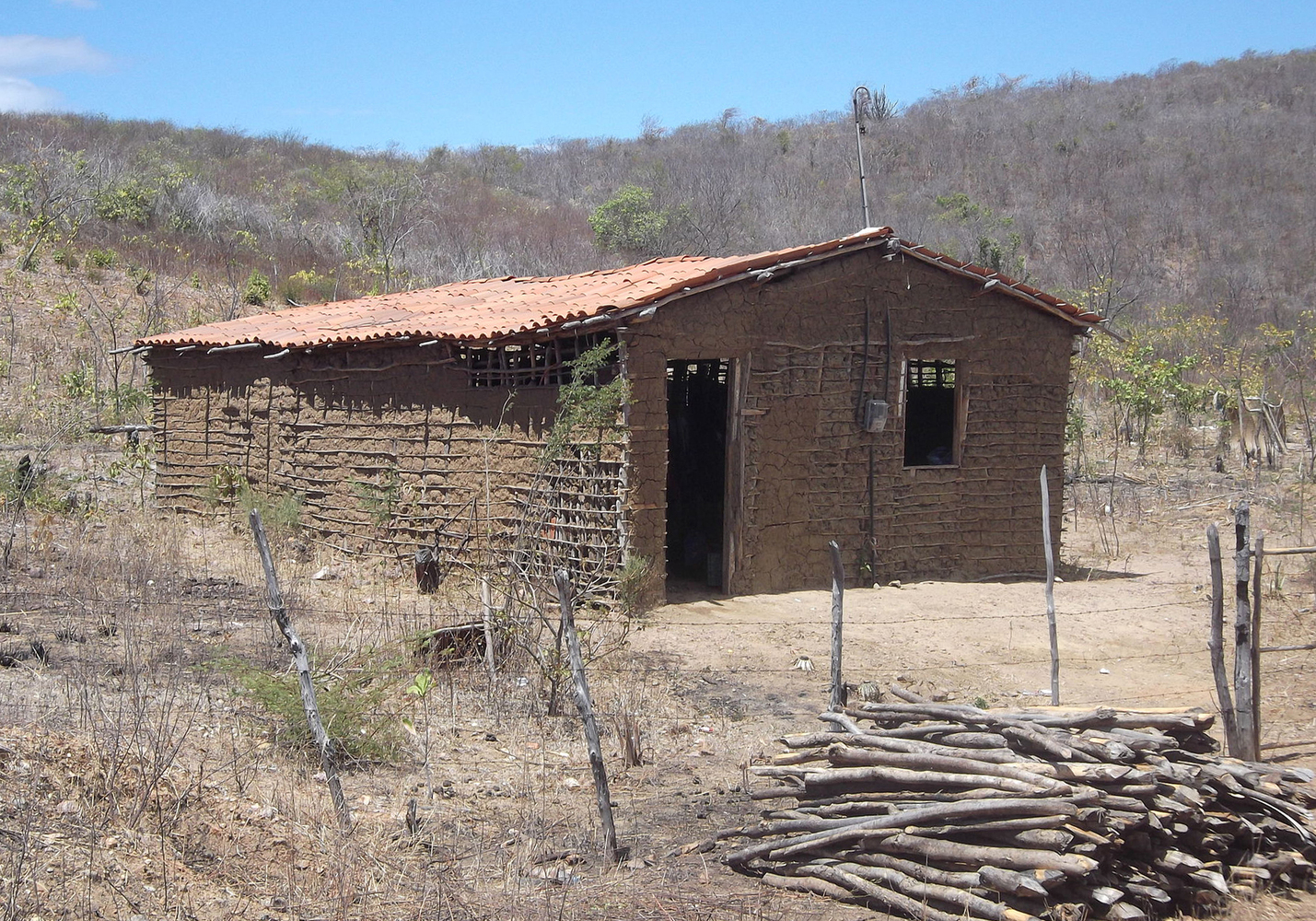 Brazilian Houses: 9 Examples of Residential Vernacular Architecture,Wattle and daub house in Maranguape, Ceará, Brasil. © Image CC BY-SA 3.0
