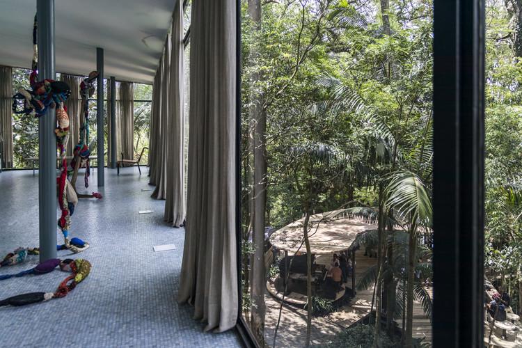 Pavilhão temporário é construído na Casa de Vidro de Lina Bo Bardi, © Simon Plestenjak