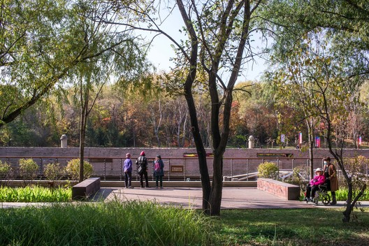 Activation of Citizens'Leisure Lifestyle_walking among the green trees. Image © Xiu Wang