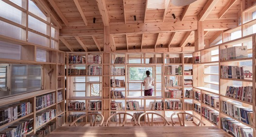 Relation between the shelves and the roof. Image © Yilong Zhao