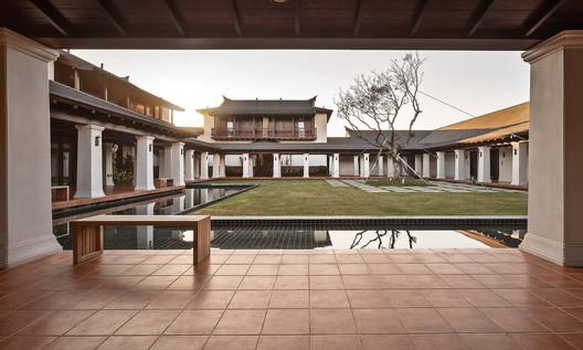 Southeast Asian yard. Image © Jinrong Huang