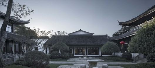 Harmonious Conversation between the New Building and the Old Building, Seen from the Front Courtyard of Lingxiao Pavilion. Image © Qiang Zhao