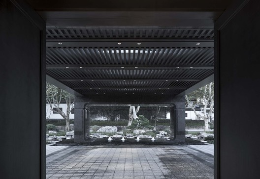 The canopy column base at the entrance interprets the stone bench in Shaoxing skylights. Image © Qiang Zhao
