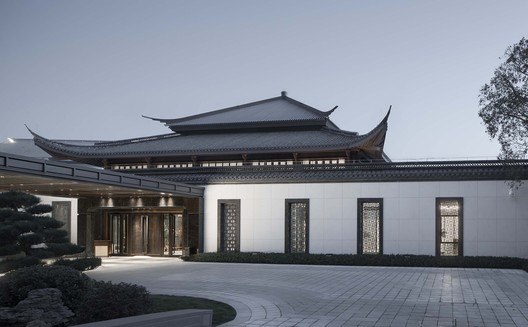 We choose the four-slope double-eave roof in a certain sense of tradition at the intersection between the north-south axis and the east-west axis. Image © Qiang Zhao