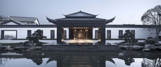 Lobby Seen from Huanshan Road . Image © Qiang Zhao