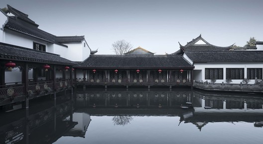 Glass Ceiling Lobby Seen from the Water Yard. Image © Qiang Zhao