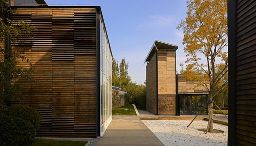 Courtyard surrounded by fitness house and book house. Image © Su Chen, Chun Fang