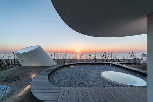 Rooftop Sunrise. Image © Qingshan Wu
