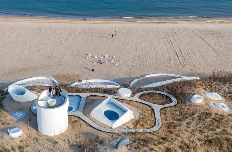 Museo de Arte de las Dunas / OPEN Architecture, Vista aérea. Imagen © Qingshan Wu