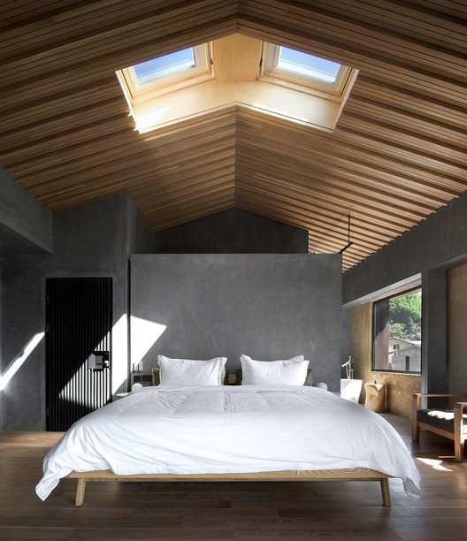 Skylights on the Roof Beyond the Bed. Image © Arch-Exist
