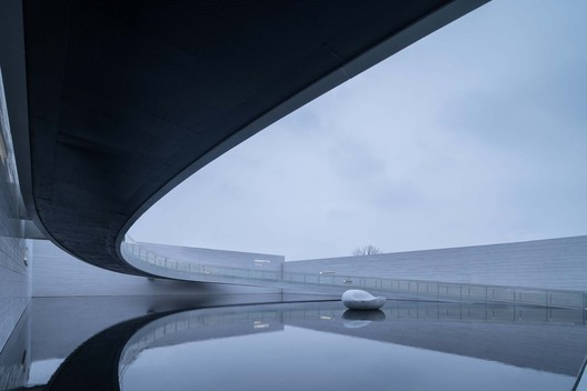 Bridge hang on the one side. Image © Xingzhi Architecture