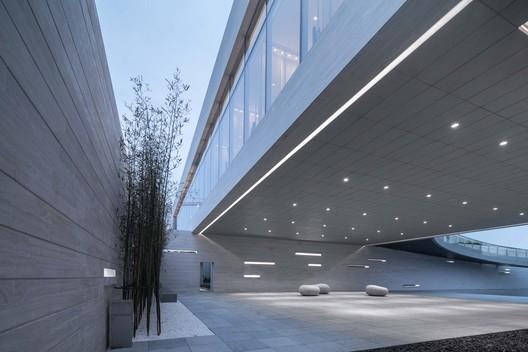 Public space under cantilever structure. Image © Xingzhi Architecture