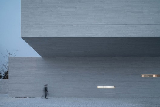 Space under the cantilever. Image © Xingzhi Architecture