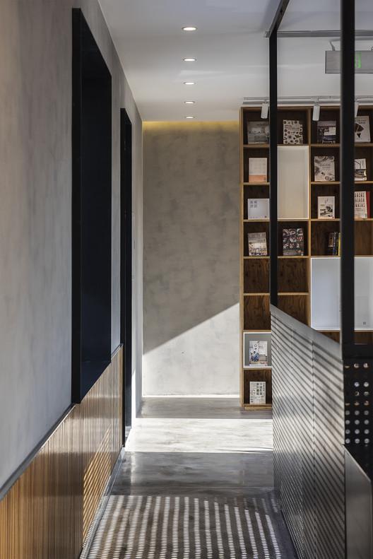Corridor. Image Courtesy of FON STUDIO