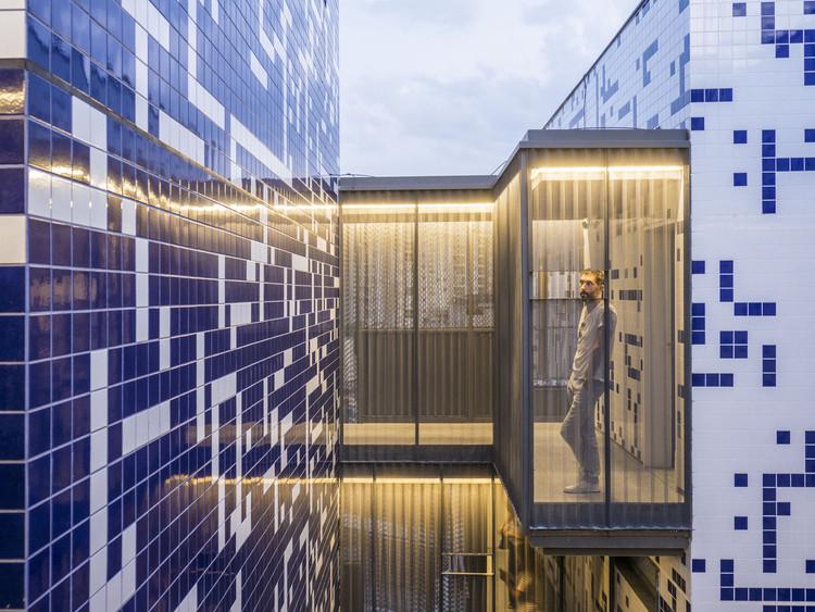 A versatilidade do revestimento cerâmico em 6 projetos contemporâneos, POP XYZ / Triptyque. Image © Fernando Guerra