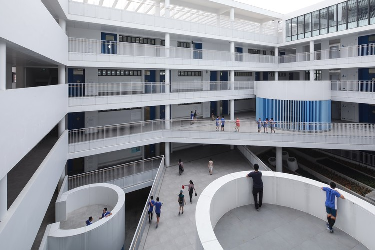 Longyuan School / ZHUBO-AAO + H DESIGN, Atrium of middle school teaching building. Image © Schran Image