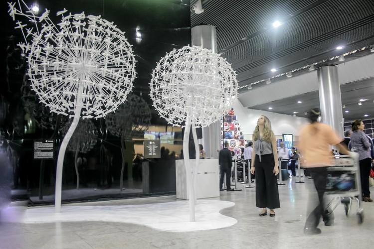 Carmela Rocha e Marko Brajovic projetam instalação que celebra os 50 anos do voo do avião Bandeirante, © Divulgação Embraer