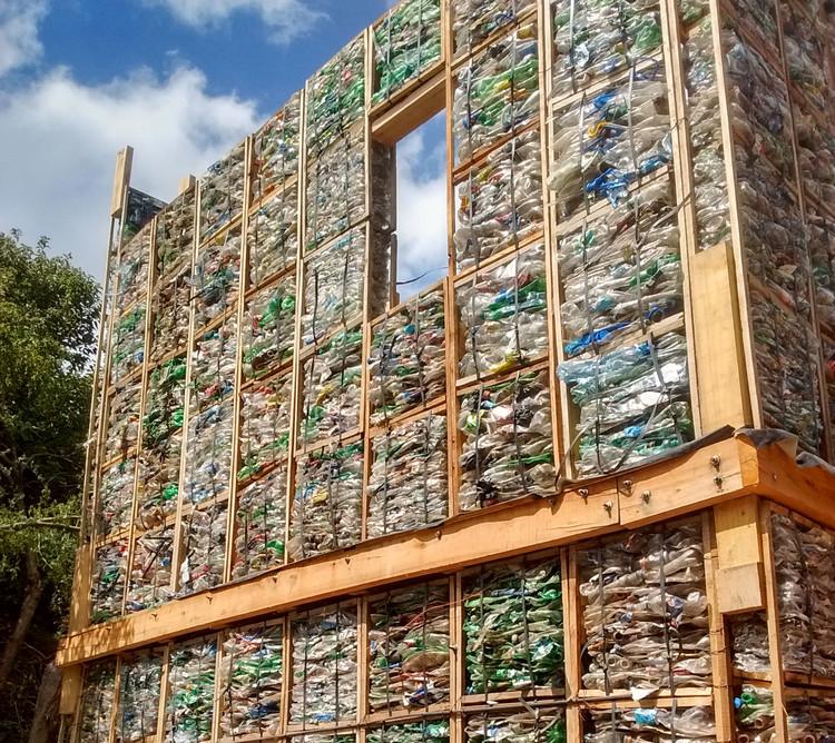 Este sistema modular de plástico recuperado aborda la vivienda de bajo impacto ambiental en Argentina, Cortesía de 3 Construcciones