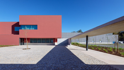 Do mal o menos. ImageHeadquarters and Logistic Centre of the Plural Pharmacy Collective / ORANGE Arquitectura